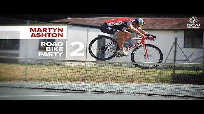 Ashton stunt opnieuw met de racefiets