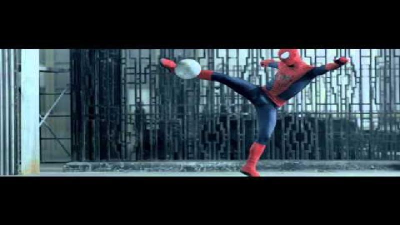 Spiderman voetbalt bij FC Barcelona ... en Real Madrid