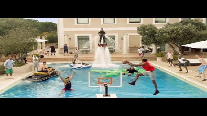 Spectaculaire dunk in het zwembad