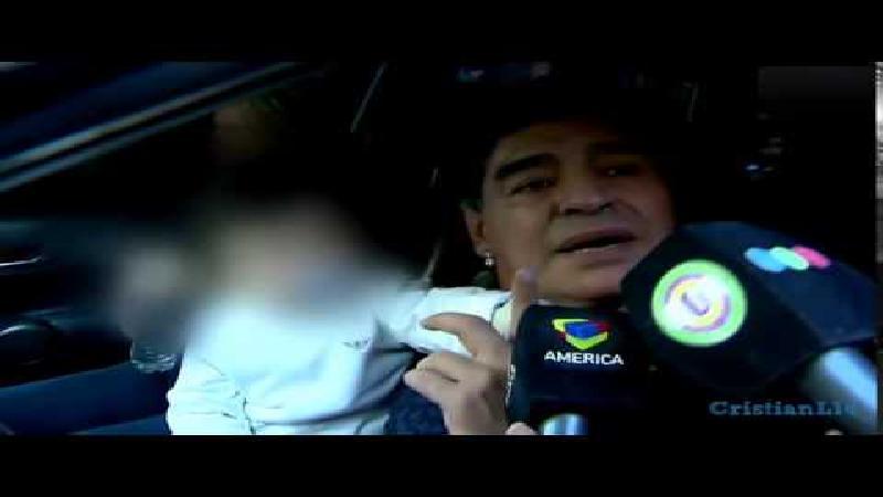 Maradona verkoopt journalist een mep