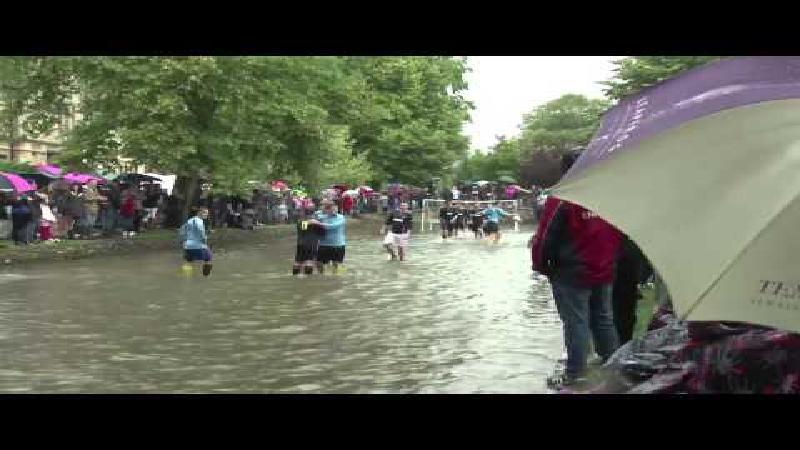 Rare jongens die Britten: voetballen in een rivier