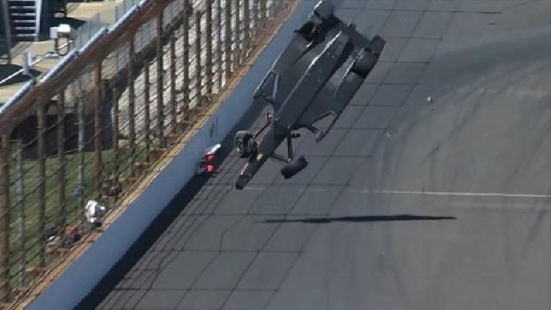 Castroneves komt ongedeerd uit spectaculaire crash (VIDEO)