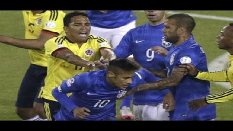 Neymar en Bacca krijgen het met elkaar aan de stok (VIDEO)