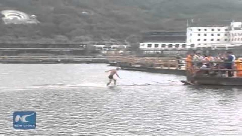 Chinese monnik loopt 125 meter over water