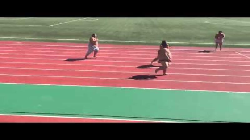 Sumoworstelaars trekken een sprintje (video)