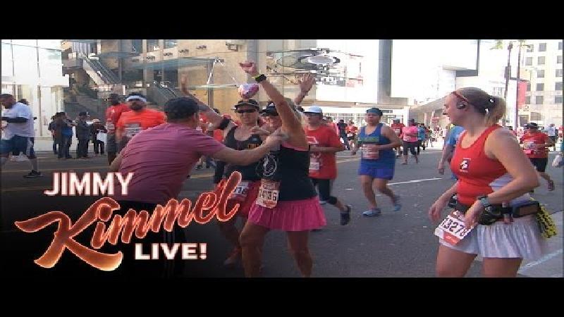 Lopers beetgenomen aan bevoorrading tijdens Jimmy Kimmel Live!