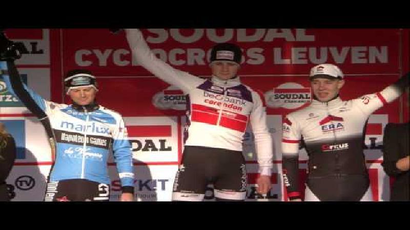 Van der Poel sprint naar de zege in Leuven (+ VIDEO)