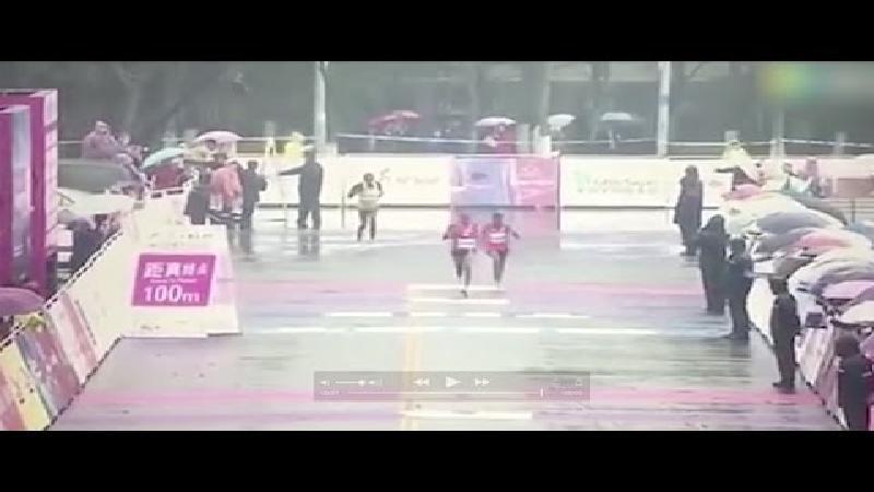 Comedy capers bij aankomst loopwedstrijd (VIDEO)
