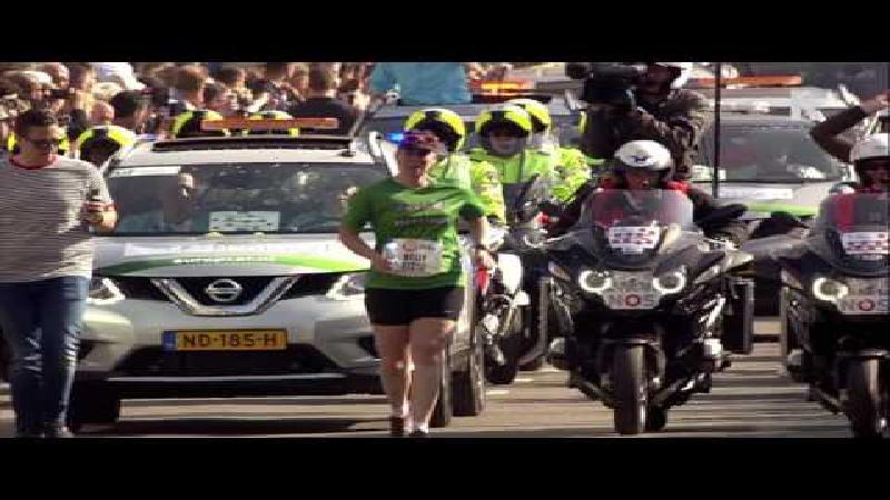 Laatste marathonloper zorgt voor pakkend moment (video)