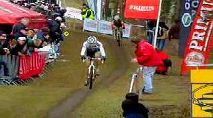 Niels Albert wint millimetersprint