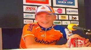 Robert Gesink jumpt naar overwinning op La Redoute