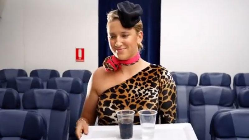 Azarenka steelt de show als stewardess