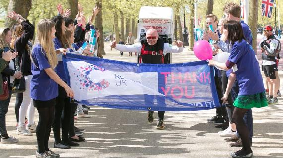 Brit loopt dubbele marathon met koelkast op rug