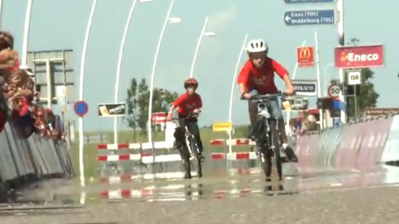 Kinderen rijden hun Eneco Tour