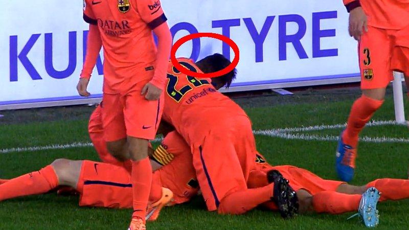 Vierende Messi kijgt flesje tegen het hoofd (VIDEO)