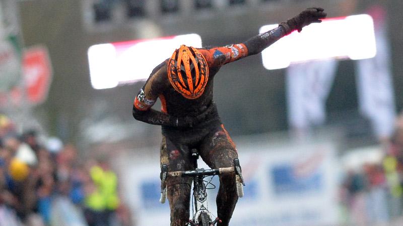 Van Aert wint in de modder van Loenhout