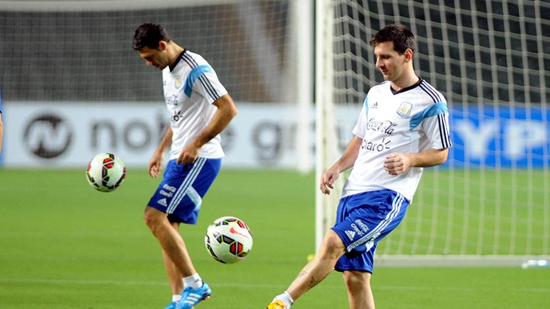 Messi signeert truitje tijdens wedstrijd