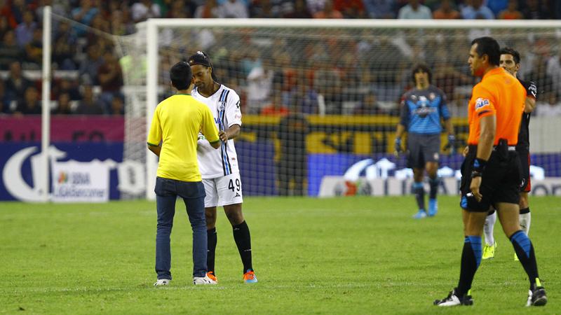Ronaldinho geeft handtekening aan veldbestormer