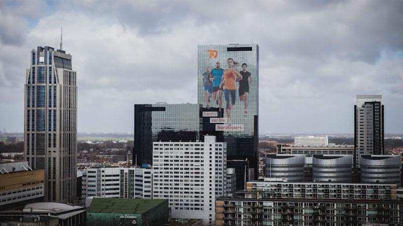 Reusachtige sticker voor deelnemers Rotterdam Marathon (VIDEO)