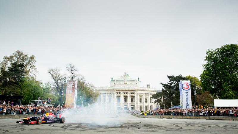 Ricciardo draait donuts in Wenen (VIDEO)
