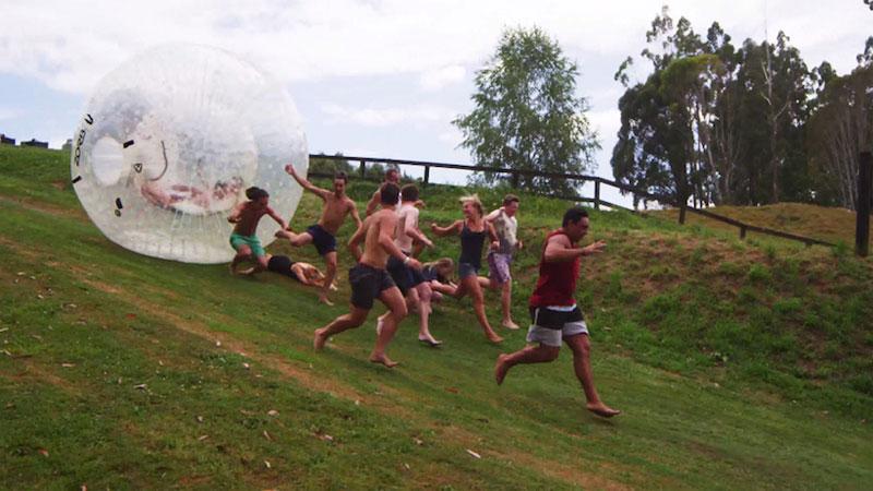 Op de loop voor een gigantische bal (VIDEO)