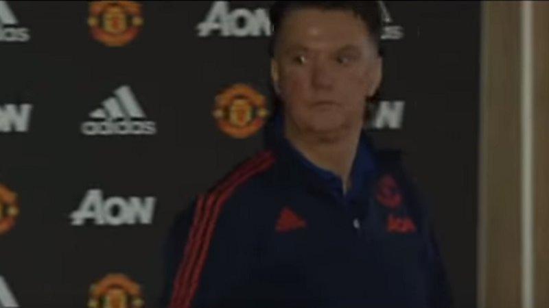 Van Gaal loopt boos weg op persconferentie (VIDEO)