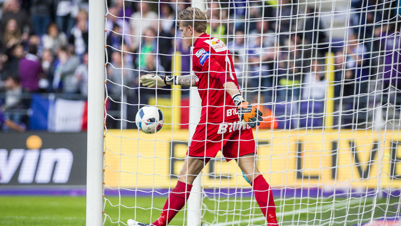 Gigantische flater Bizot levert Anderlecht drie punten op