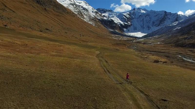 Geniet van de magnifieke berglandschappen in loopkortfilm