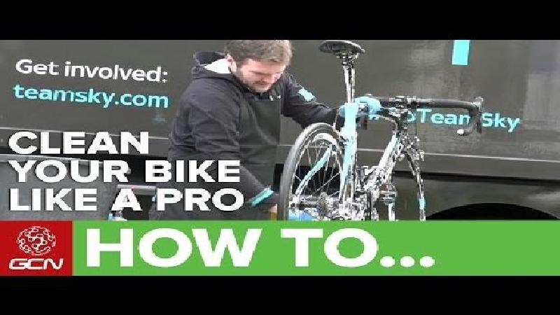 Team Sky-mecanicien poetst fiets in 2 minuten (VIDEO)