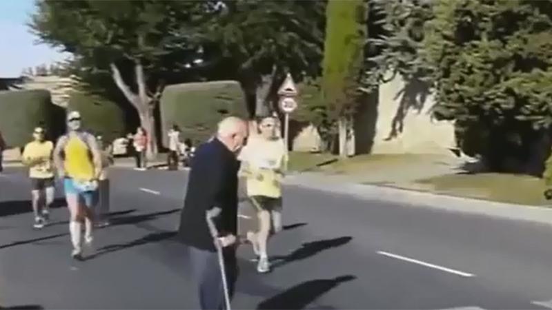 Even een diepe buiging voor deze marathonloper