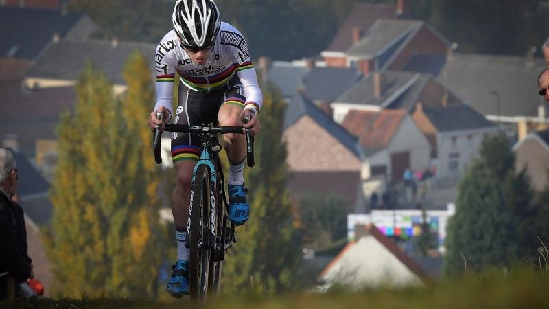 Wereldkampioen Iserbyt houdt demonstratie en pakt eerste van het seizoen