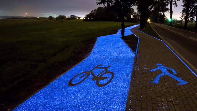 Polen rijden op buitenaards glow-in-the-dark fietspad