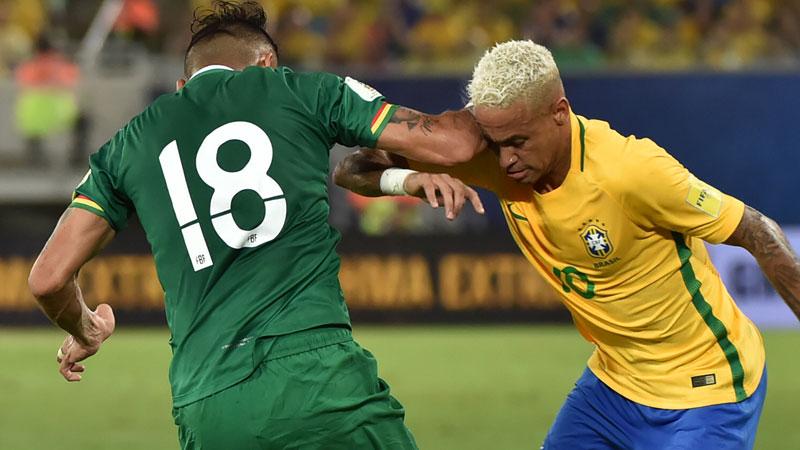 Neymar inscrit son 300ème but puis reçoit un coup de coude (VIDEO)