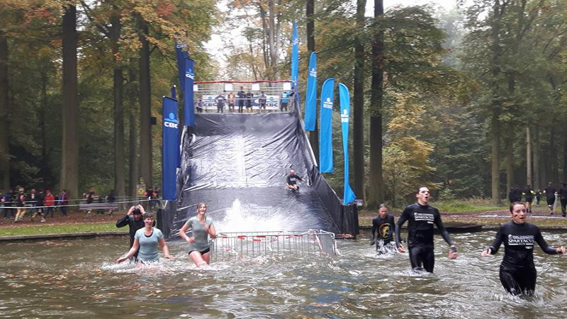 Koude maar geslaagde primeur voor Spartacus Run Parc d'Enghien (VIDEO)
