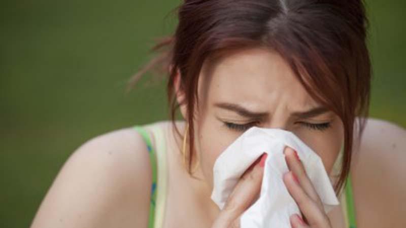 Over 1 minuut is je verkoudheid weg dankzij deze 2 trucs
