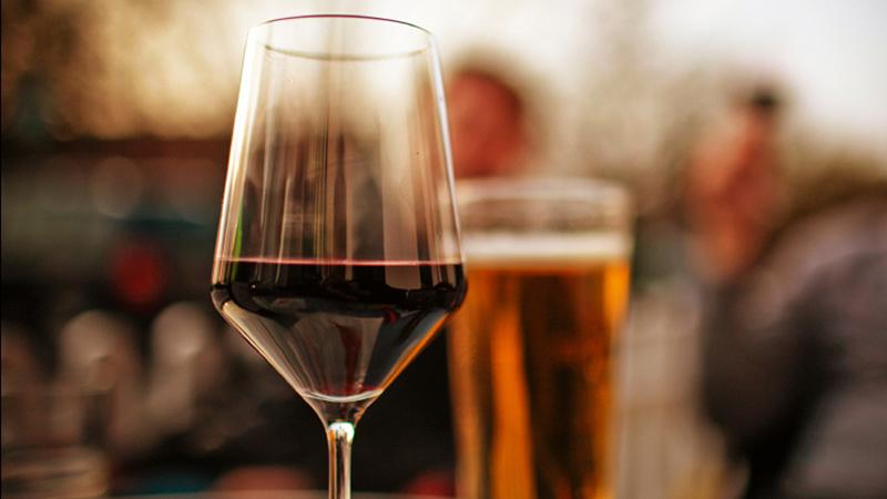 Glaasje alcohol voor race day om beter te slapen: doen of niet?