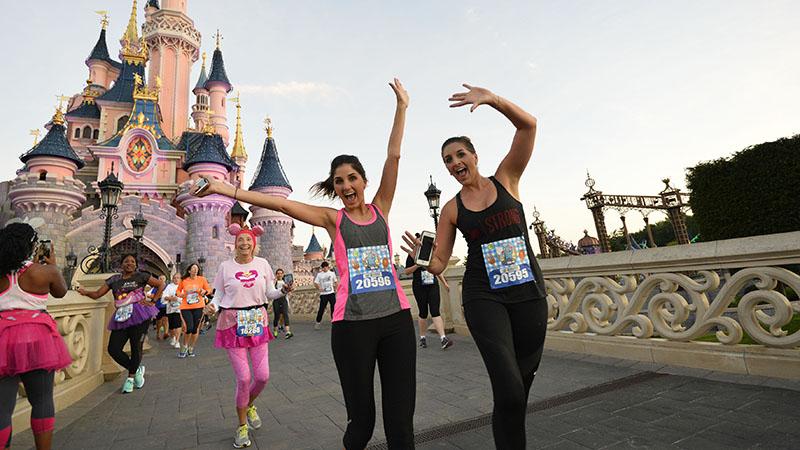 Lopen tussen Mickey Mouse en Goofy in Disneyland