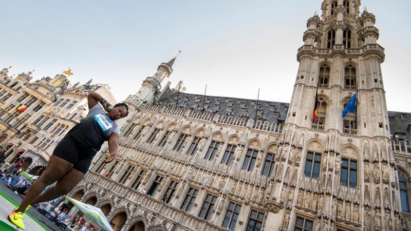 Carter wint het kogelstoten op Brusselse Grote Markt (VIDEO)
