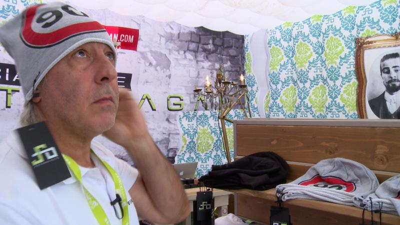 Eddy zoekt koopjes in de fanshop van Peter Sagan