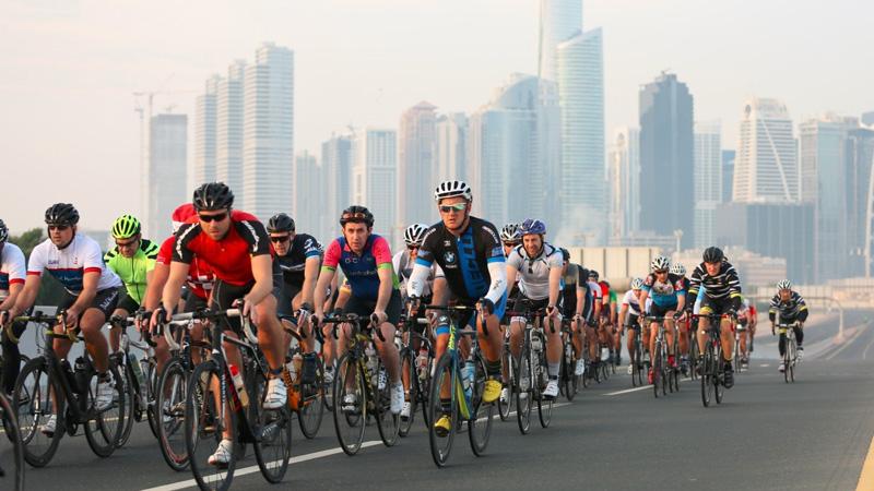 Dubai First Granfondo avec un grand peloton