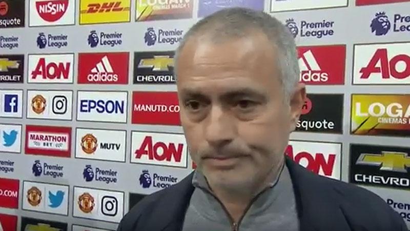 Mourinho loopt boos weg tijdens tv-interview (VIDEO)
