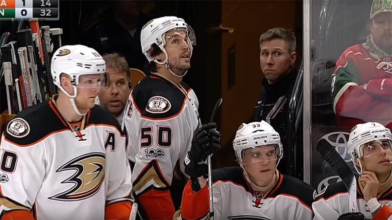Un joueur de NHL suspendu dix matchs pour avoir frappé un arbitre (VIDEO)
