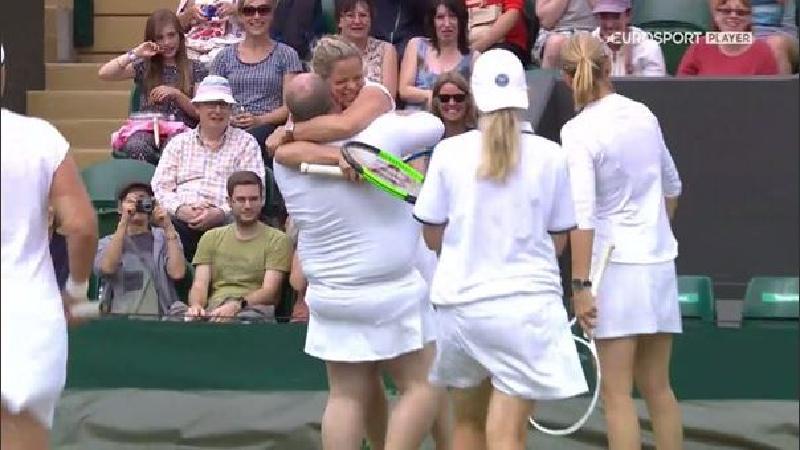 Kim Clijsters maakt op hilarische wijze nieuwe vriend op Wimbledon (+VIDEO)