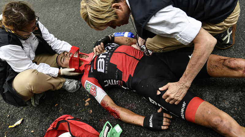 Enorme chute de Richie Porte, qui quitte le Tour en ambulance (VIDEO)