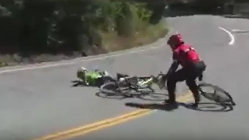 Terrible chute pour Skujins, groggy sur son vélo (VIDEO)
