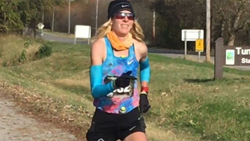 Vrouw geeft alle mannen nakijken in 160 km-wedstrijd met nieuw WR
