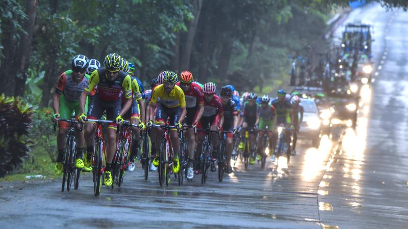 Un coureur chinois et son équipe suspendus pour agression (VIDEO)