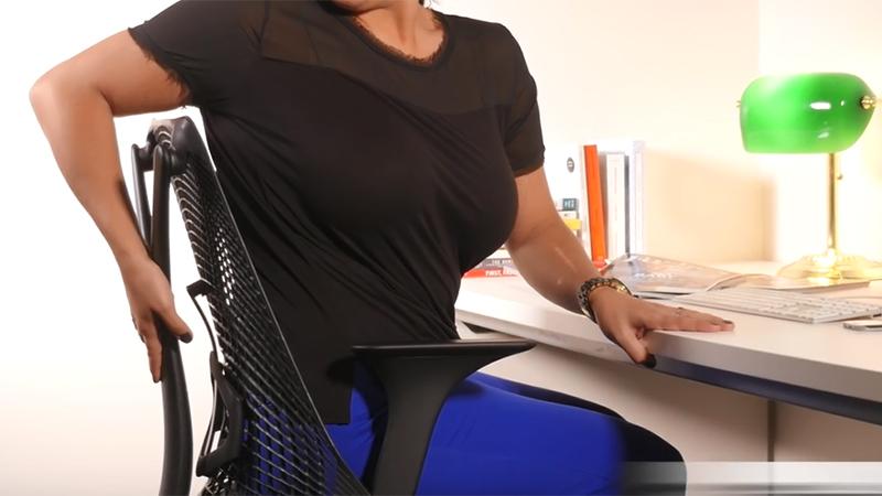 8 oefeningen die je aan je bureau kan doen (video)