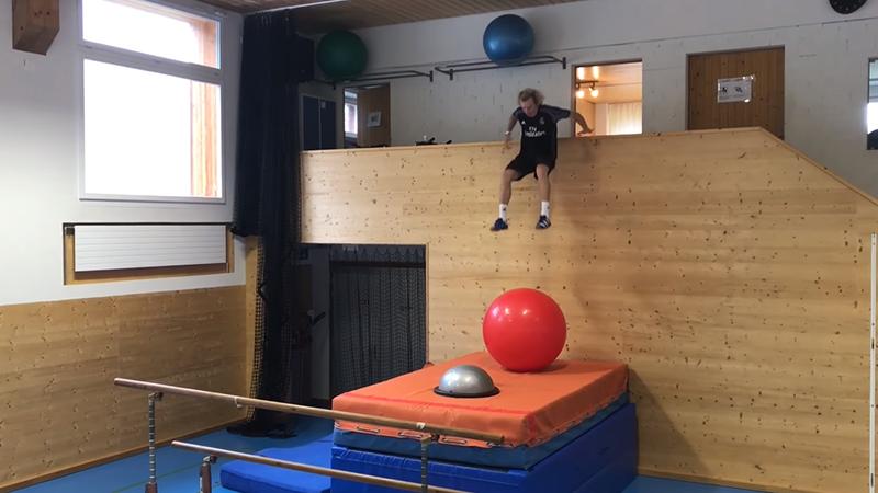 Gekke Zwitser imiteert freestyleskiën in turnzaal als voorbereiding op Olympische Spelen (VIDEO)