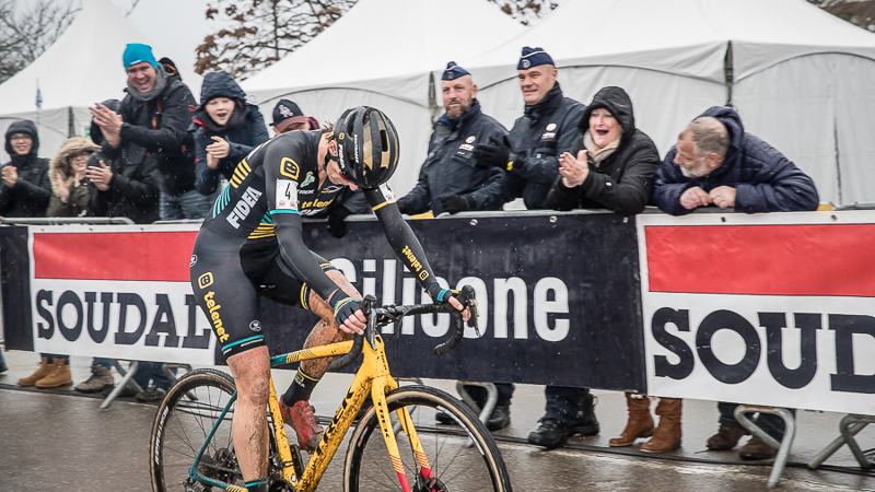 Van Loy demonstreert in GP Hasselt